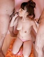 ピンクのマイクロビキニが良く似合う綾波あすかちゃんがWフェラに挑戦!ジュルジュルと音を立て豪快にバキューム!