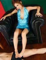 足コキの女王長月ラム!ミニスカドレスの下はノーパン。足コキをする度におマンコが見え隠れ。ザーメンを抜き取り満足。