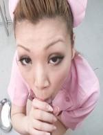 ナイスなボディの小林愛弓ちゃんがピンクのナース姿で登場!カメラ目線で、チンポを奥まで咥えてバキュームフェラ!