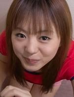 超ロリ系加護範子(別名: 小野瀬香恋)ちゃんが笑顔で登場。勃起したチンポをフルート舐めから、バキュームで吸い上げてくれます。