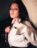 薄暗い部屋でレーザーに映し出される女豹小澤マリア。固定式ディルドを舐めあげ、そのままおマンコにズッポリと挿入するエロい小澤マリア。