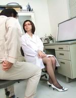 赤いメガネの女医夏樹カオルさんが患者を性治療。ご奉仕フェラから、生ハメ騎乗位でイキまくる!フィニッシュは中出し!