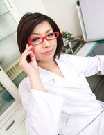 赤いメガネの女医夏樹カオルさんが患者を性治療。ご奉仕フェラから、生ハメ騎乗位で激しく腰をグラインドさせてイキまくる!