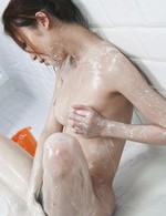 Eカップ爆乳ギャル瀬織さらちゃんがバスルームで見せ付けオナニー。巨乳&縦長おマンコを見せ付け、指マンでイクイクと昇天!
