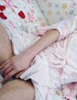 キュートなセクシー小悪魔吉原ミィナ嬢。長い指でおマンコを擦れば、甘い喘ぎ声が。堪らずにパンティを脱ぎ捨て、ローターを押し当てます。