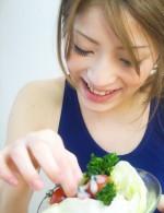 スク水でキッチンに登場したまひる。イタズラされながもカレーを作ります。サラダのドレッシングはザーメン味が好きなゆうちゃん!