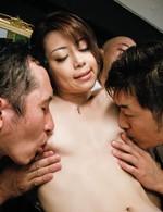 会議中にムラムラしてしまった北条麻妃さん。勃起したチンポに取り囲まれ、フェラを始めると輪姦会議の開始!