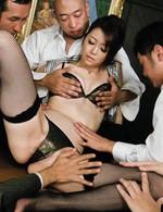 会議テーブルの上で、セクシーなブラ&パンティを剥ぎ取られる北条麻紀さん。指マンで潮を吹かされ、トリプルフェラからヤラレ放題!