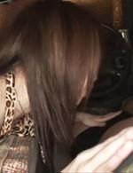 イケイケギャルRINKAがピンクのパンティを見せつけ車内で誘惑フェラ。竿を舐め、丁寧に裏スジを舐めバキュームフェラ。