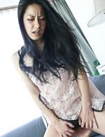 電マでおマンコを刺激すると早くも感じてしまう石黒京香嬢。お嬢様自ら美尻を突き出し電マのおねだり。高速指マンで潮吹くお嬢様!