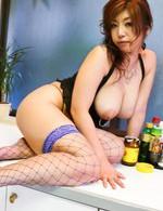 爆乳Hカップ葉月奈穂お姉さまが、キッチンで大暴走!押し広げたおマンコにローターを当てれば、とろけ出しそうな声をあげておねだり!