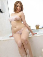 爆乳Hカップ小沢アリスちゃんがバスルームオナニー。マイローターを取出し、卑猥なおマンコに放り込んで、イキまくる!