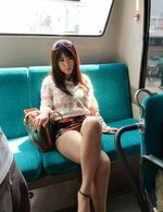 爆乳痴女の来栖千夏ちゃんが、バスの乗客を誘惑。指マン&玩具責めで喘ぎまくって、生挿入で爆乳をブルンブルン揺らせてイキまくる!