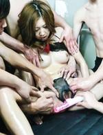 セクシー美女愛那梨華ちゃん拘束して、無数のスケベな手が伸び、愛撫責め。おマンコを押し広げ、指マンからデカバイブ責め!