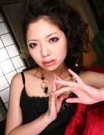 パイパン美女Hanaちゃんが、ワインを男に口移し。ご奉仕フェラから生ハメ!パイパンですから丸見え!そのまま乱交、連続口内射精!