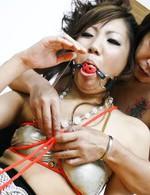 ボールギャグ(猿轡)と赤い紐で拘束された椿まひるちゃん。開脚したまま電マを押し付けられるまひるちゃん。思わず涎を流しながら大絶叫!