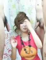 Tシャツ姿で登場した爆乳ひなのちゃん。二本のチンポが眼前に差し出されると、バキュームフェラ!顔面にザーメンがドピュ!