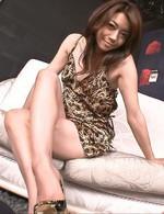 スーパー美熟女北条麻妃さんの痴女プレイ。亀頭を包むように長い両脚で足コキ。素股プレイから、フェラ抜き!