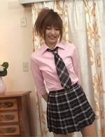 女子校生の制服がとてもよく似合う相崎琴音。チャームポイントはキュートな笑顔。アイドルだってフェラしちゃうぞ!