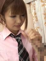 女子校生の制服がとてもよく似合う相崎琴音ちゃん。チャームポイントはキュートな笑顔。アイドルだってフェラ抜きできるモン!