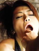 巨乳を露わにされた北条麻妃。差し出されたチンポをジュルジュルとバキュームフェラ。口内射精でザーメンを受け取ります!