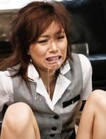 パンストから覗く黒のTバックが激エロの美人OL宮澤ケイト。拉致された倉庫で強制イラマチオから連続口内射精にザーメンまみれ!