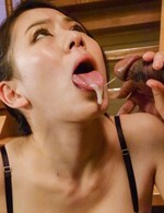 Kei Akanishi Asian fucks with vibrator and sucks three woodies