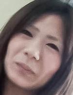 セーラー服姿で登場してくれたのはユカリちゃん。おマンコをローター責めから、指マン、電マで責め上げると、体をクネらせ感じまくり!