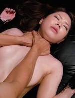 美白美形三村ちなちゃんが、セクシーなボンテージ姿で登場。強制イラマ、首絞めファックに見事に耐えて、フィニッシュは中出し!