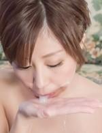 浴衣姿の爆乳美熟女が、チンポに囲まれトリプルフェラ。卑猥なバキュームで喉奥まで吸い込み、濃いザーメンを連続ごっくん!