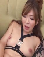 好色妻倖田李梨さんが淫乱な黒のプレイスーツにガーターストッキング姿で登場。長い指でおマンコを撹拌すると、イクイクと喘ぎまくり!