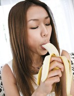 Sakura Hirota Asian waits to get sperm after licking banana
