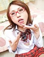 女子校生連続フェラ抜きに挑戦する水澤りの!次々とメガネに発射され、垂れ落ちるザーメンを口で啜るりのちゃん。