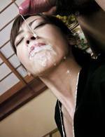 スレンダー美女花井カノンちゃんが未亡人役で登場。亡き夫の前でオナニー。親族がチンポを差し出すと豪快なWフェラ。