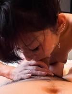 セックスは大好きと言う微熟女菊枝さんが登場。たっぷりとご奉仕フェラでチンポを堪能。騎乗位生挿入で喘ぎまくる!